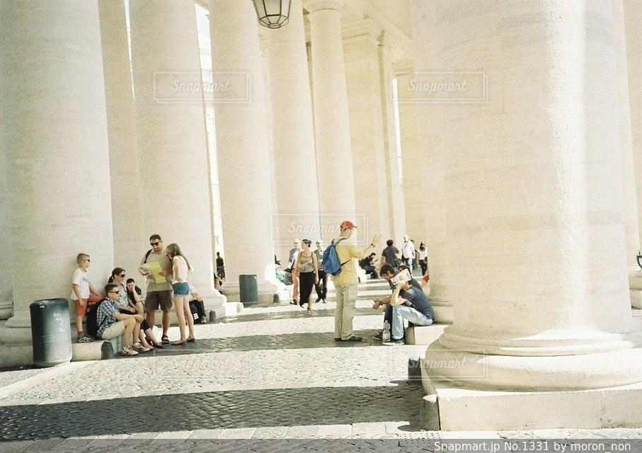 建物の前に座っている人々 のグループの写真・画像素材[1331]
