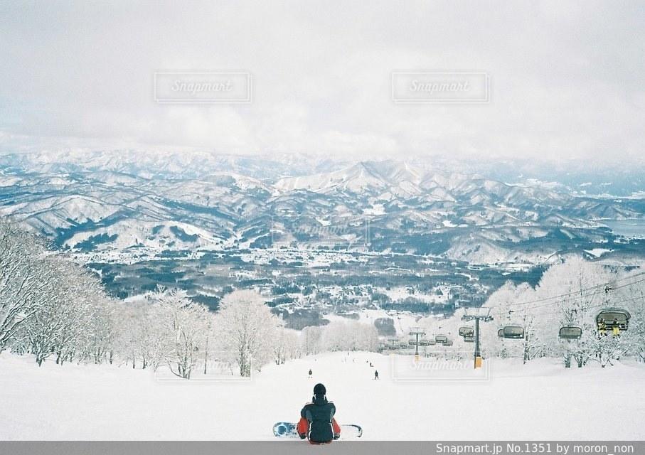 煙る山頂の雪をスノーボードに乗る男 - No.1351