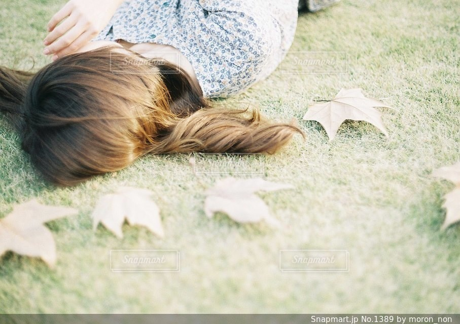 草の上に横になっている女性対象フィールドの写真・画像素材[1389]