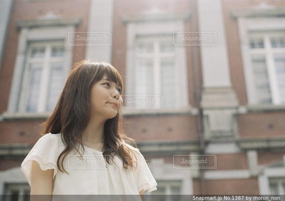 建物の前に立っている女性の写真・画像素材[1387]