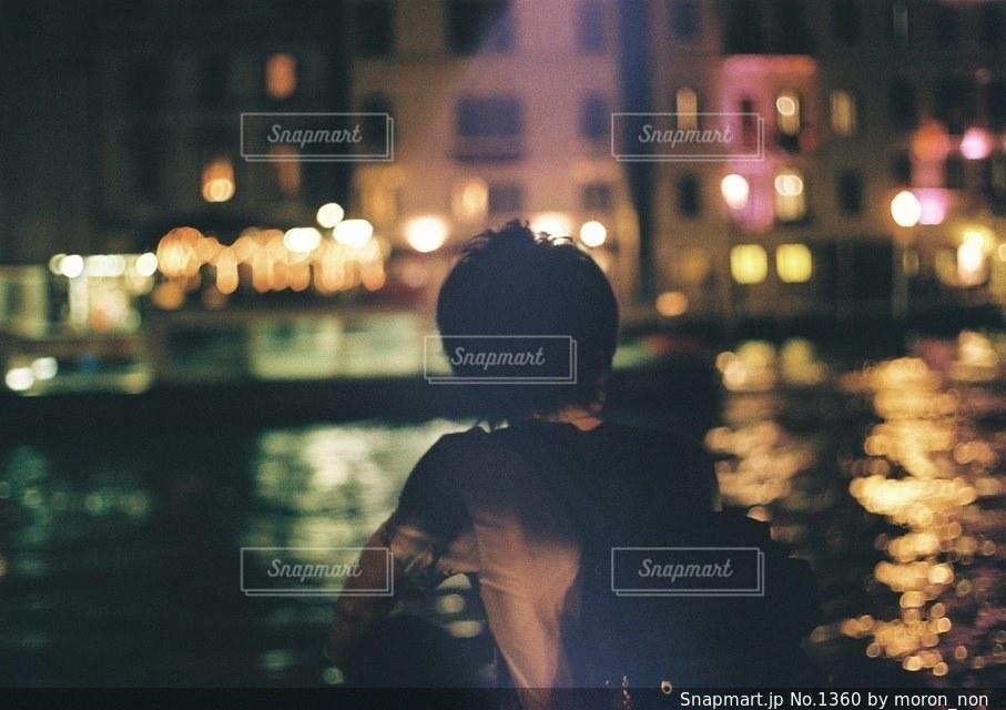 携帯電話で話す人の写真・画像素材[1360]