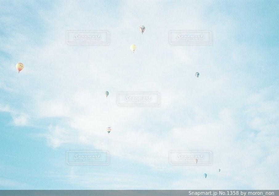 空に凧の飛行の人々 のグループの写真・画像素材[1358]