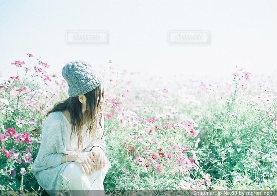 フィールドに立っている女性の写真・画像素材[60]