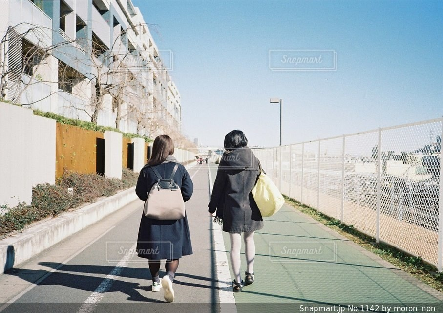 通りを歩く女性の写真・画像素材[1142]