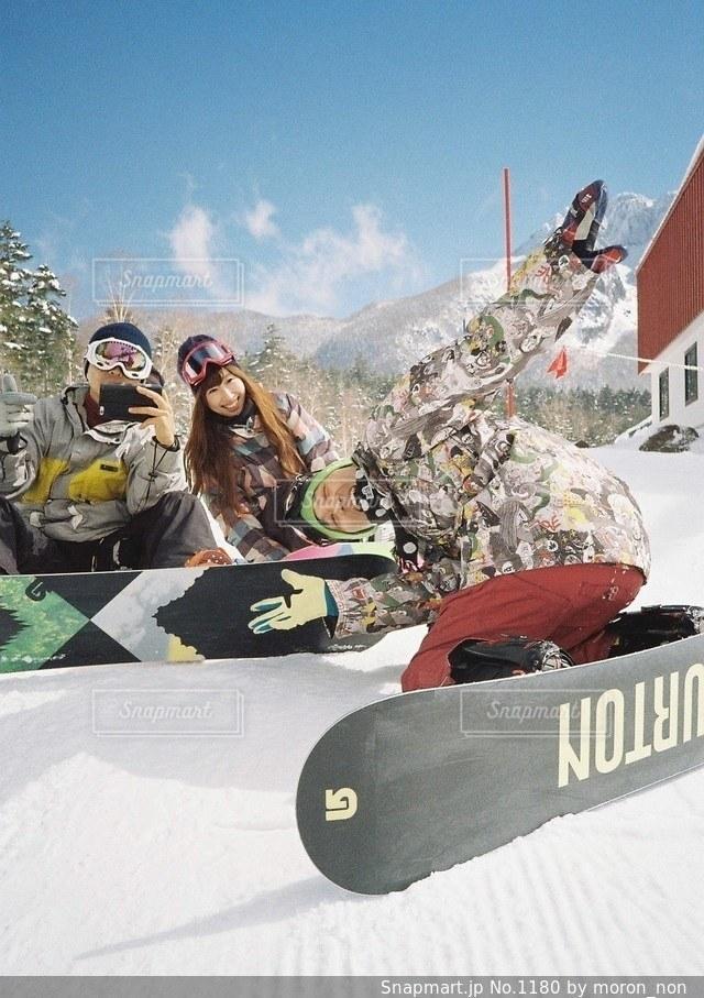 雪のボード上の人々 のグループ - No.1180