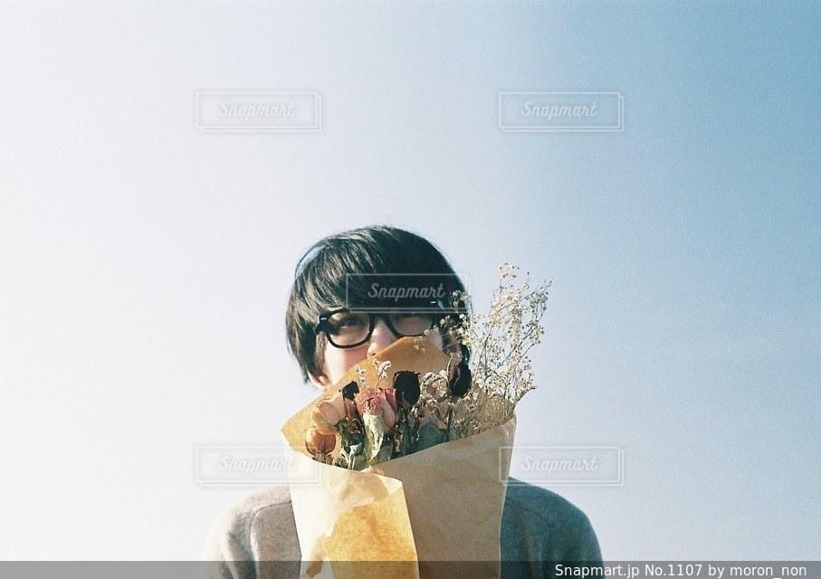 ドーナツを食べる男の写真・画像素材[1107]