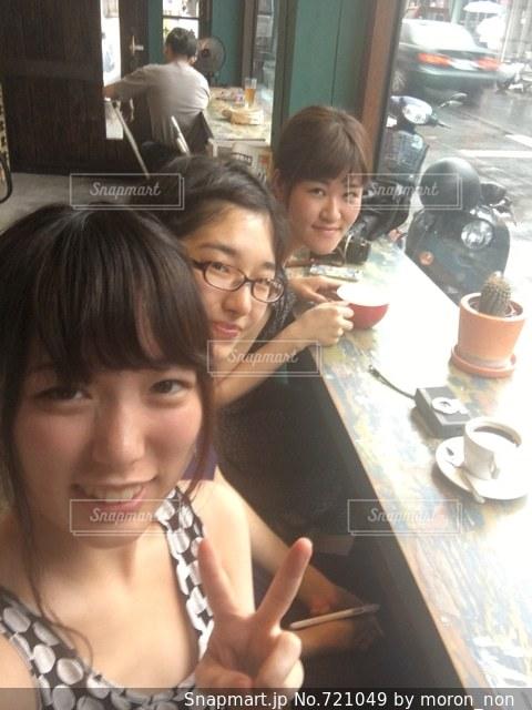 テーブルに座っている女性の写真・画像素材[721049]