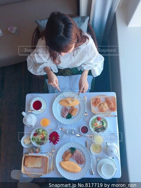 食物と一緒にテーブルに座って人の写真・画像素材[817719]