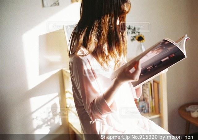 部屋で立っている女性の写真・画像素材[915320]