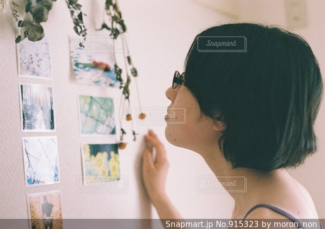 写真を見る女性の写真・画像素材[915323]