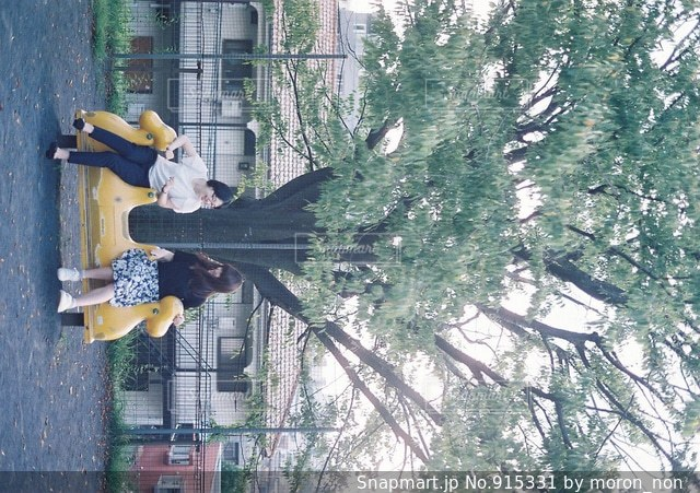 公園で遊ぶ女性の写真・画像素材[915331]