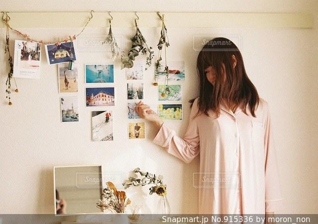 カメラにポーズ鏡の前に立っている人の写真・画像素材[915336]