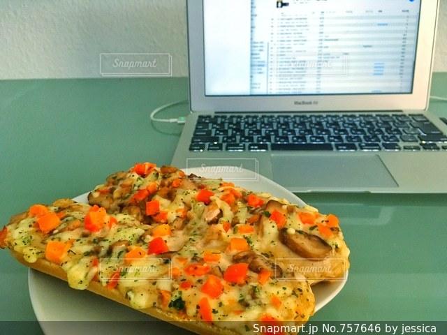テーブルの上にあるピザの写真・画像素材[757646]