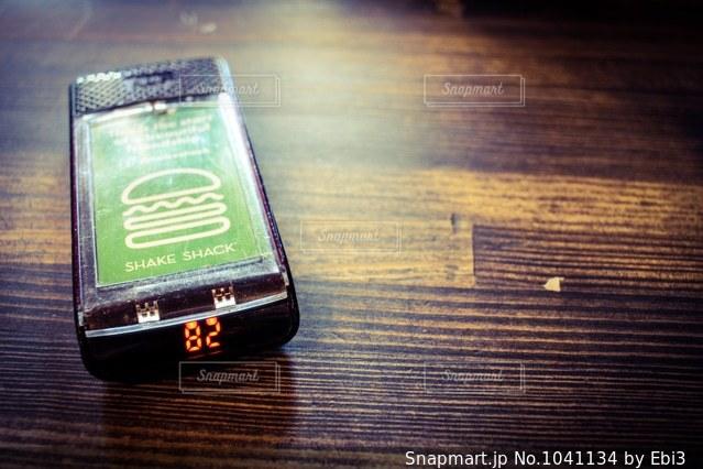 近くに携帯電話のの写真・画像素材[1041134]