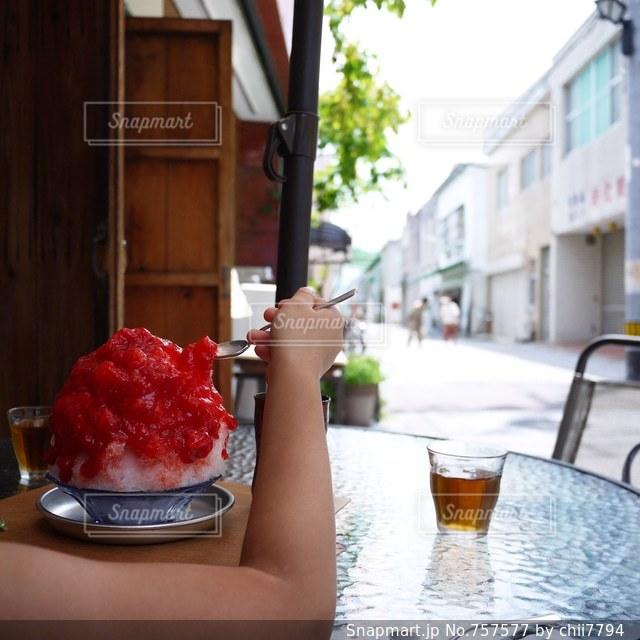 レトロな商店街でかき氷。いちごのソース。の写真・画像素材[757577]