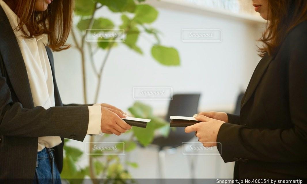 女性,オフィス,仕事,ビジネス,挨拶,名刺交換,名刺