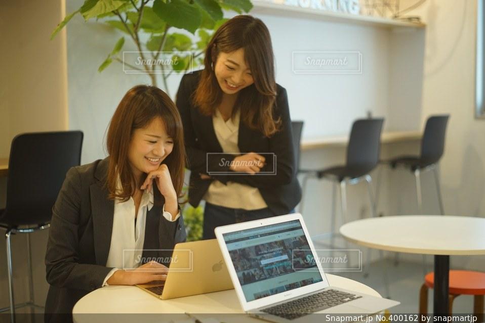 女性,オフィス,パソコン,PC,仕事,ビジネス,ミーティング,打ち合わせ,スーツ