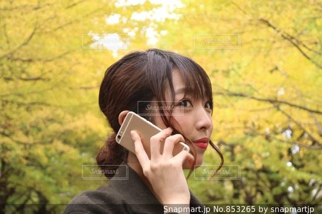 携帯電話で通話中の女性の写真・画像素材[853265]