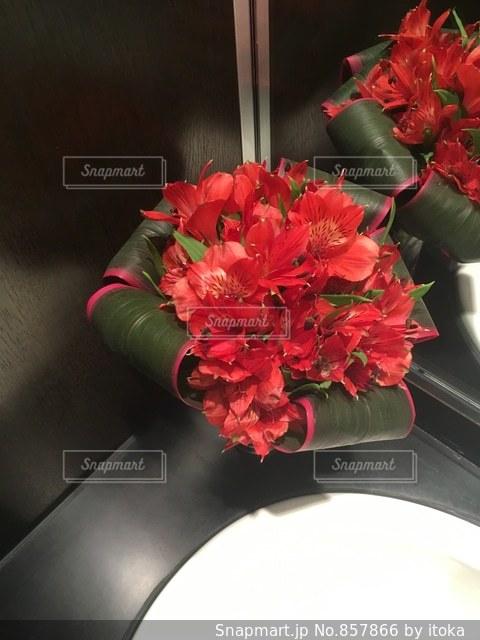 テーブルの上に花瓶の赤い花の写真・画像素材[857866]