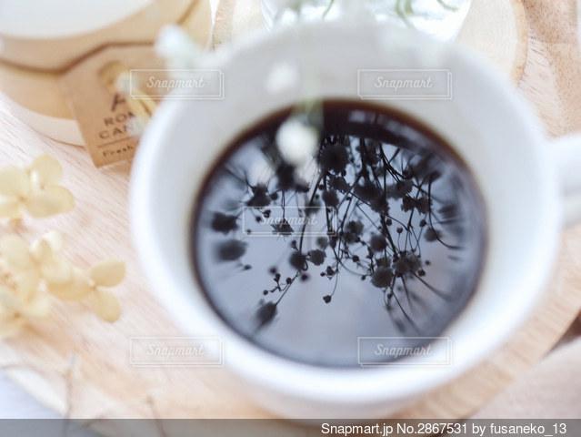 コーヒーに映ったかすみ草の写真・画像素材[2867531]