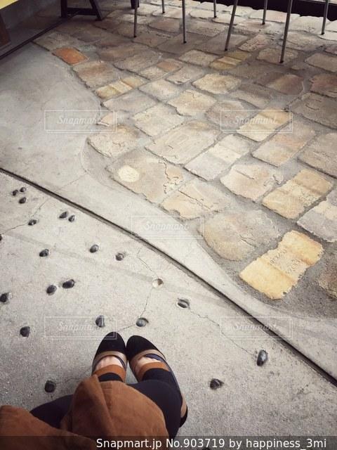 カフェのおしゃれ石畳と私の脚の写真・画像素材[903719]