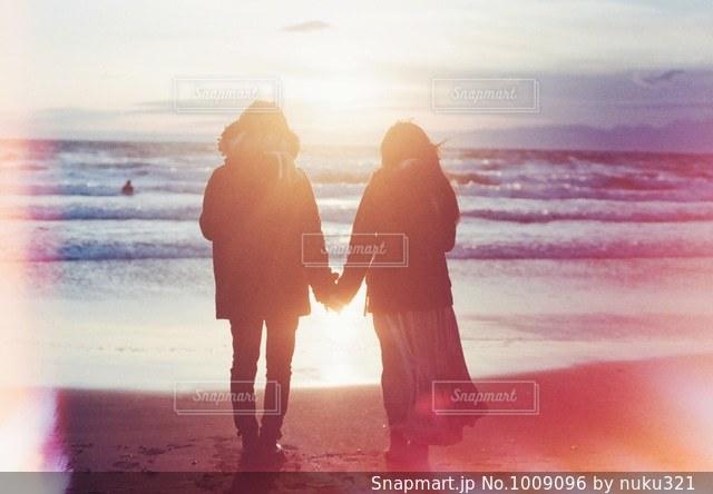 砂浜の上に立つ人々 のグループの写真・画像素材[1009096]