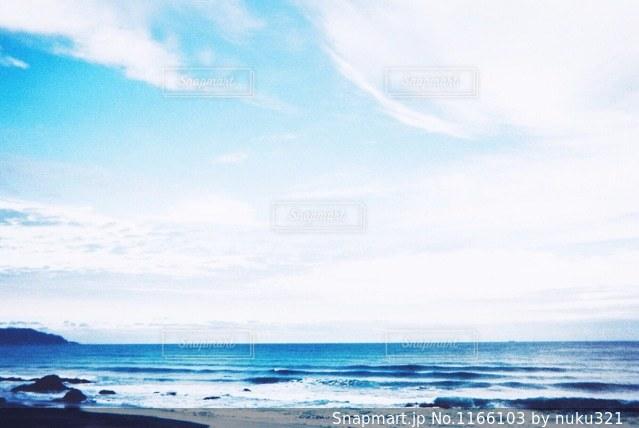 海の横にある水の体の写真・画像素材[1166103]