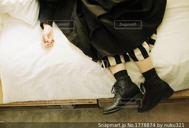 ベッドの上で靴の写真・画像素材[1778874]