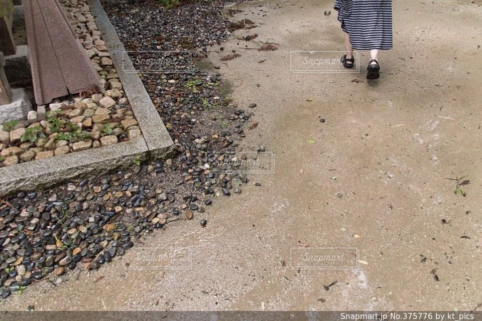 女性,雨,神社,サンダル,足元,足,ボーダー,散歩,茶色,スカート,砂利,脚,梅雨,寺,雨降り,足下