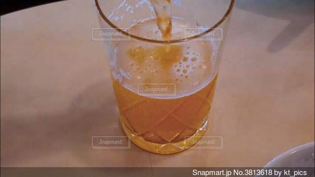 飲み会、晩酌イメージ。手酌クローズアップの写真素材の写真・画像素材[3813618]