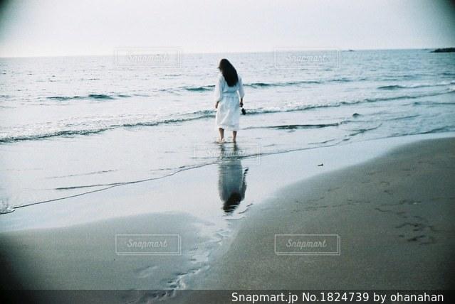 水の体の横に立っている人の写真・画像素材[1824739]