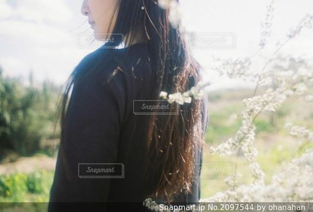野原に立っている女性の写真・画像素材[2097544]