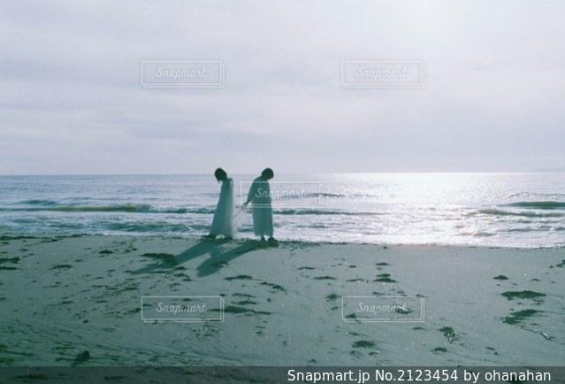 水域の隣に立っている人の写真・画像素材[2123454]
