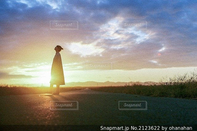 日没の前に立っている人の写真・画像素材[2123622]