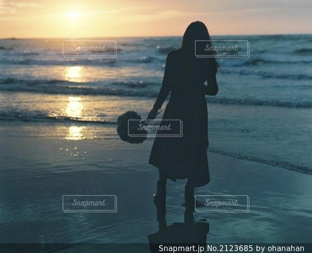 水域の隣に立っている人の写真・画像素材[2123685]