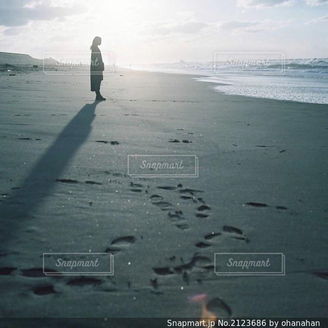 浜辺を歩いている人々のグループの写真・画像素材[2123686]