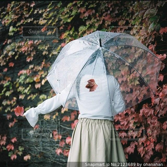 傘を持っている人の写真・画像素材[2123689]