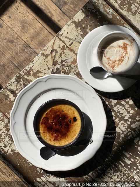 食べ物の皿とコーヒー1杯の写真・画像素材[2870021]
