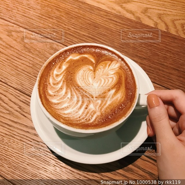 木製テーブルの上のコーヒー カップの写真・画像素材[1000538]