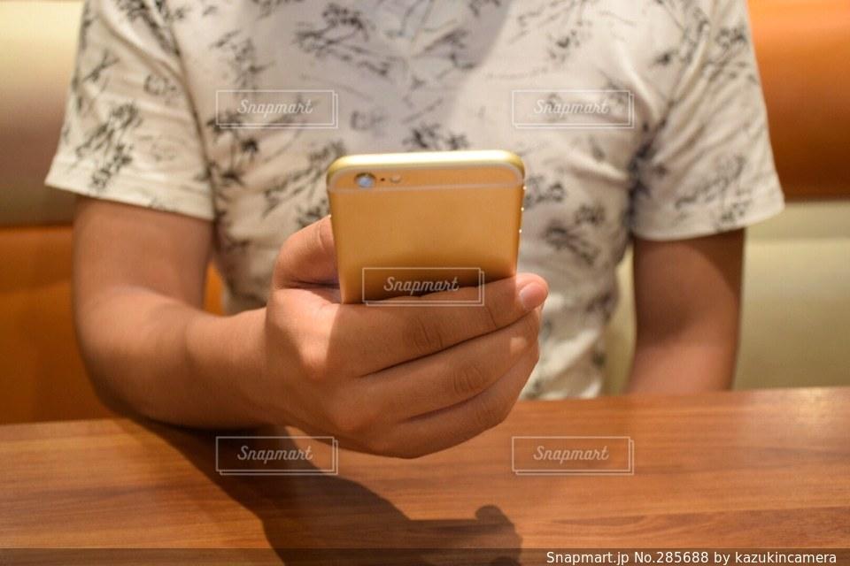 ネット検索をする男性の写真・画像素材[285688]