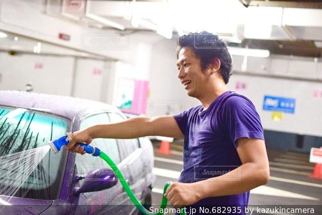 洗車する爽やかな男性の写真・画像素材[682935]