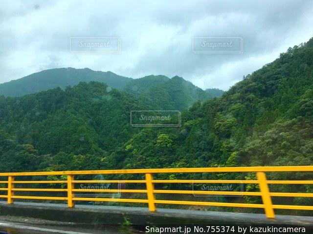 山の上に座っている黄色いベンチの写真・画像素材[755374]