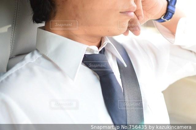 白いドレスシャツとネクタイを身に着けている男の写真・画像素材[756435]