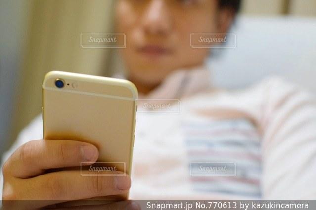 スマホを持っている男性の手の写真・画像素材[770613]