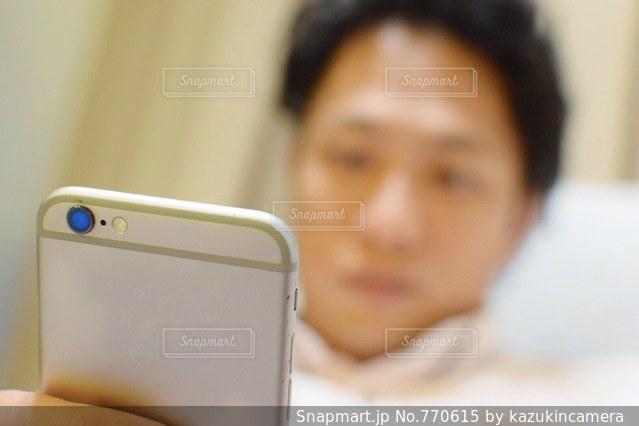 携帯電話を持っている人の写真・画像素材[770615]