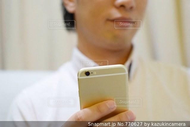 スマホを持っている手の写真・画像素材[770627]