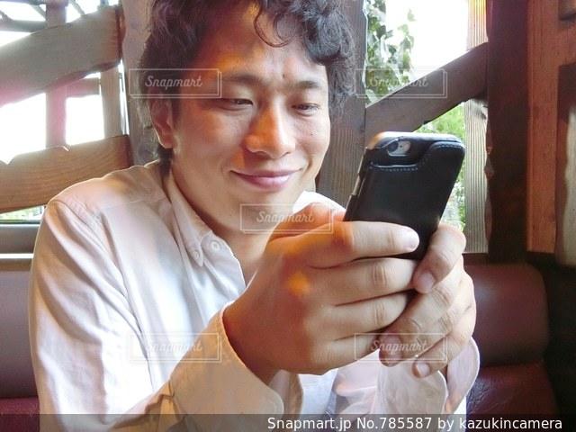 携帯電話を保持している男性の写真・画像素材[785587]