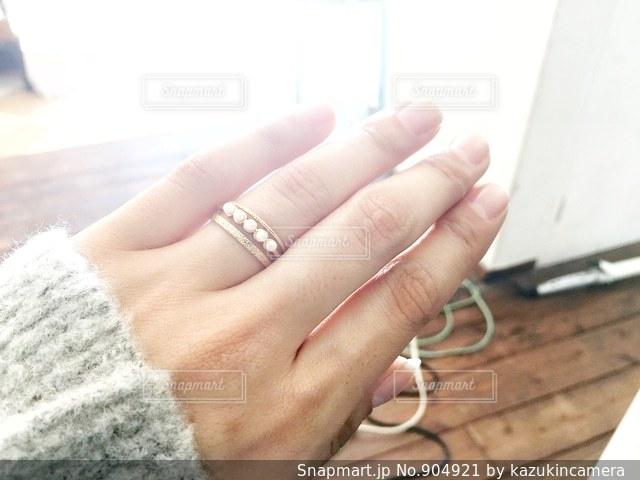 指輪をする手の写真・画像素材[904921]