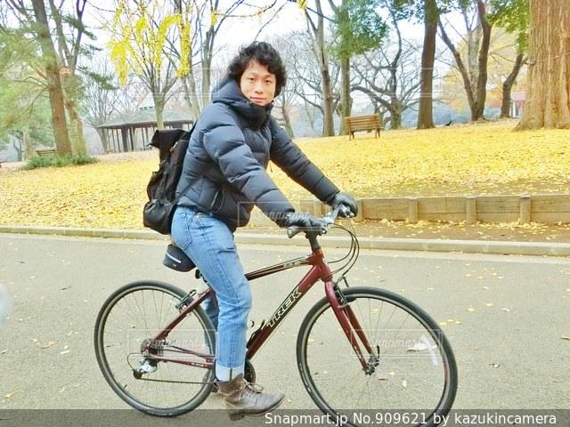 自転車の後ろに乗る人の写真・画像素材[909621]-Snapmart(スナップ ...