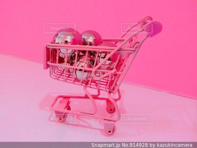 近くにおもちゃのショッピングカートの写真・画像素材[914928]